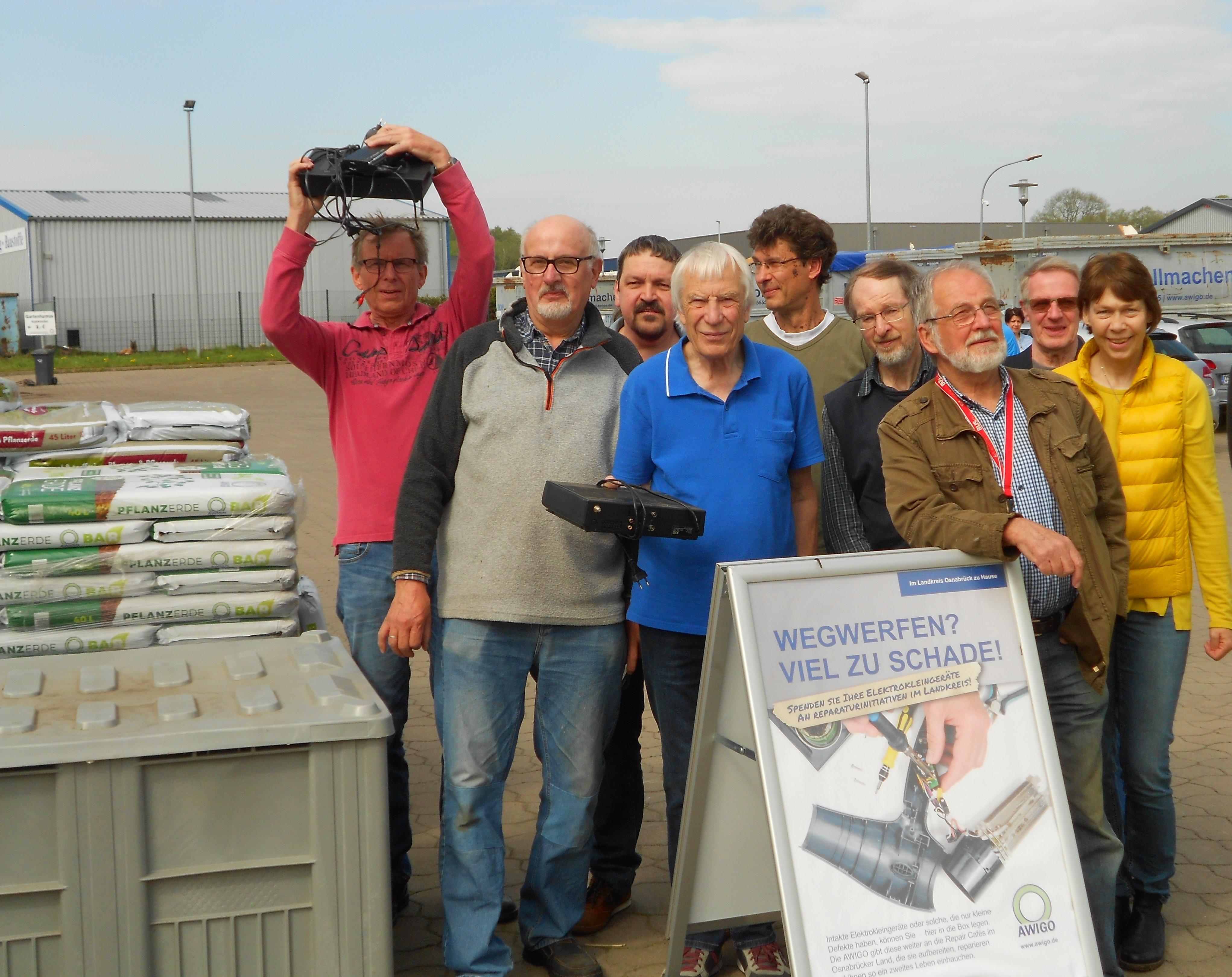 "Das Team vom Reparaturtreff Ostercappeln an ""seiner Kiste"" auf dem AWIGO-Recyclinghof an der Schwagstorfer Eue. Foto: F. Kahlert, Starkes Dorf Ostercappeln e.V."