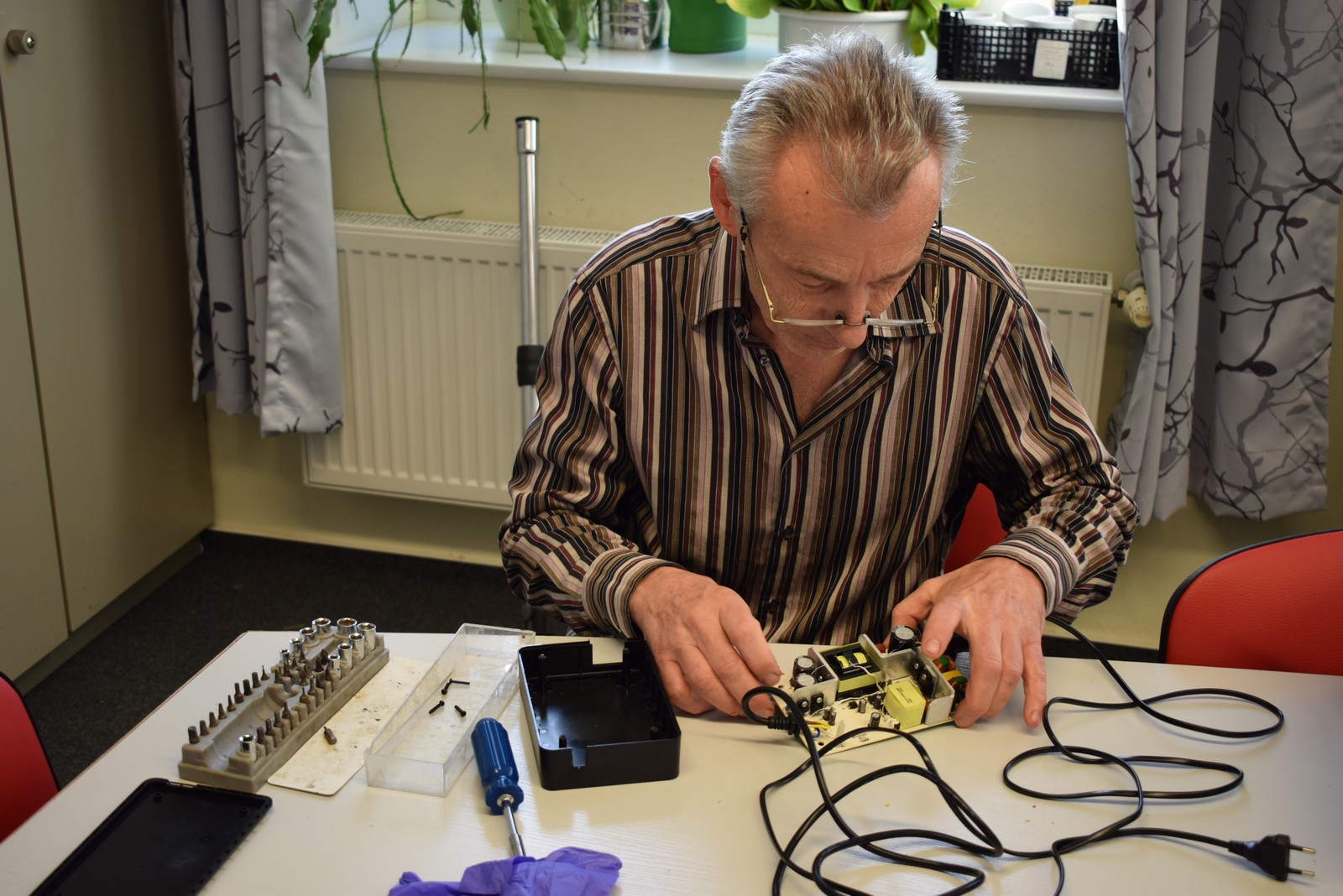 Reparaturexperte Olaf Henkel fühlt einem defekten Ladegerät für ein E-Bike auf den Zahn.