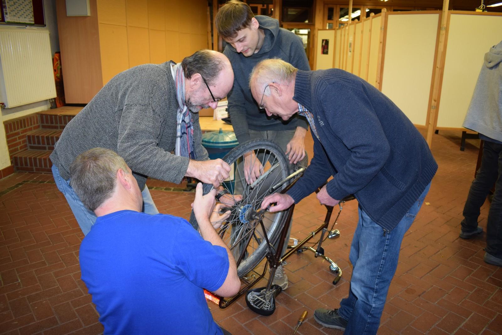 In der Fahrradwerkstatt herrschte reger Andrang. Hier wandten sich die Reparaturfreunde einem blockierten Hinterrad zu.