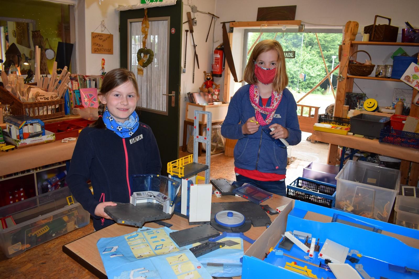 Greta (links) und Lea bauen am Flughafen.
