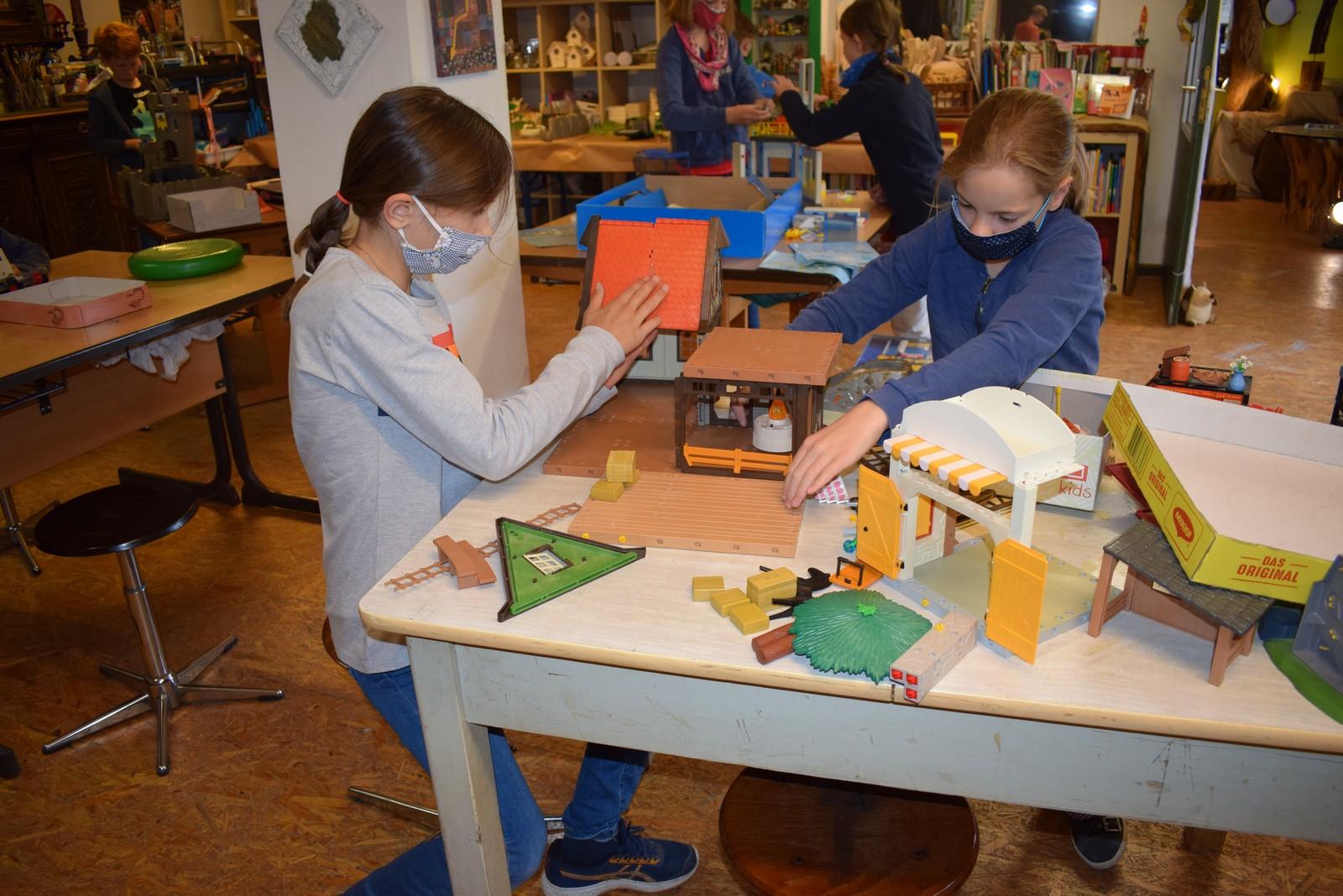 Carla (links) und Ina bauen an ihrem Ferienhof.