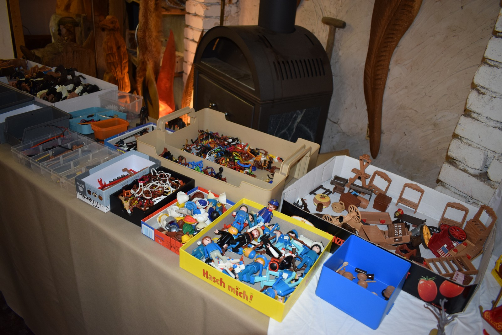 Aus den vielen eingegangenen, kleinteiligen Playmobilspenden der AWIGO-Kunden entstanden 412 verschiedene Playmobil-Päckchen, die nun weiterverschenkt werden können.
