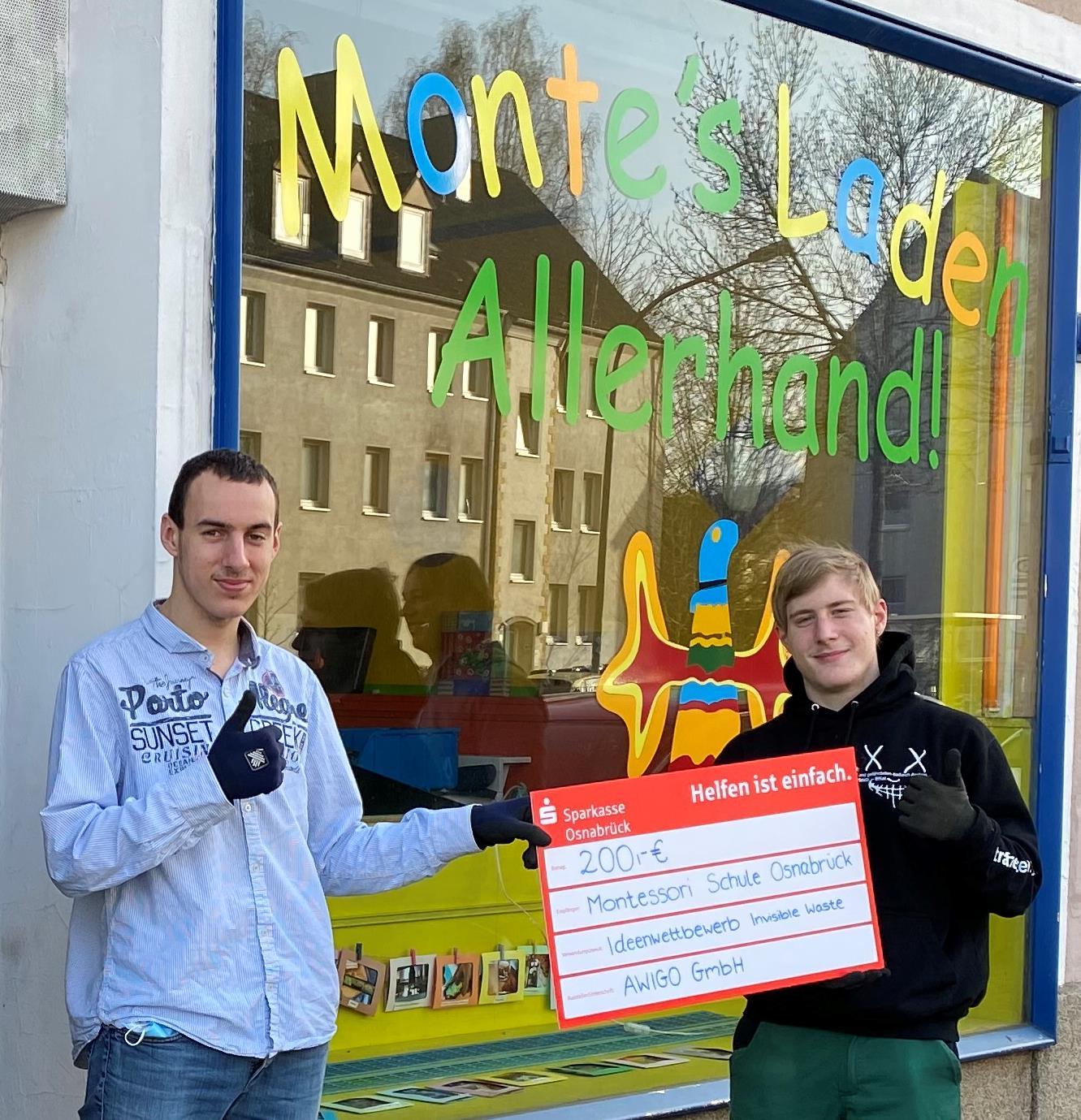 Die Auszeichnung für das Demontage-Projekt nahmen stellvertretend für die Projektgruppe die Schüler Wiktor Zantara (links) und Maurice Ehrler vor ihrer Reparaturwerkstatt an der Iburger Straße entgegen.