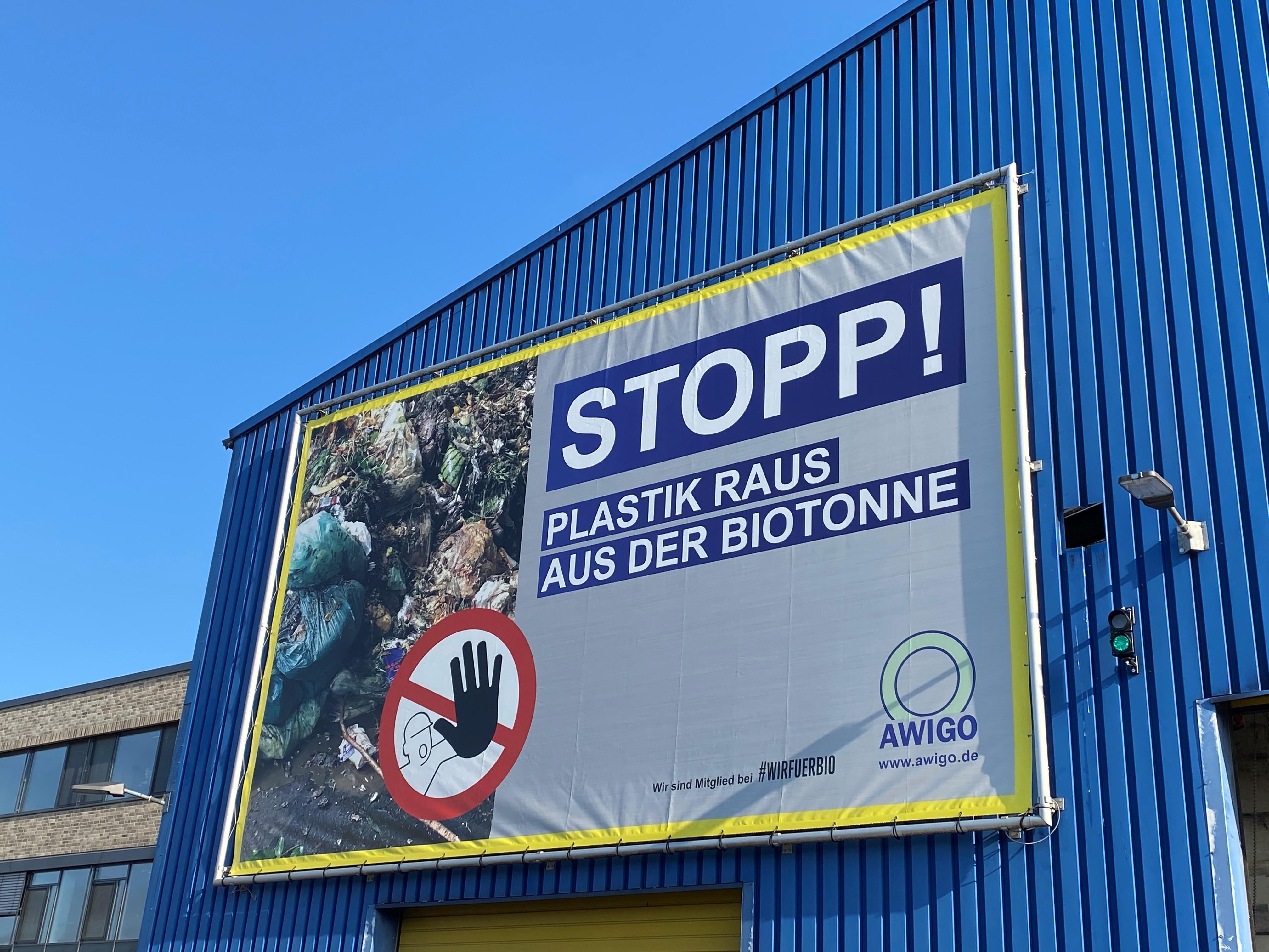 So soll der Bioabfall nicht länger aussehen: Mit neuen Großbannern auf den AWIGO-Recyclinghöfen wird auf das Problem von Plastik in Bioabfällen hingewiesen.