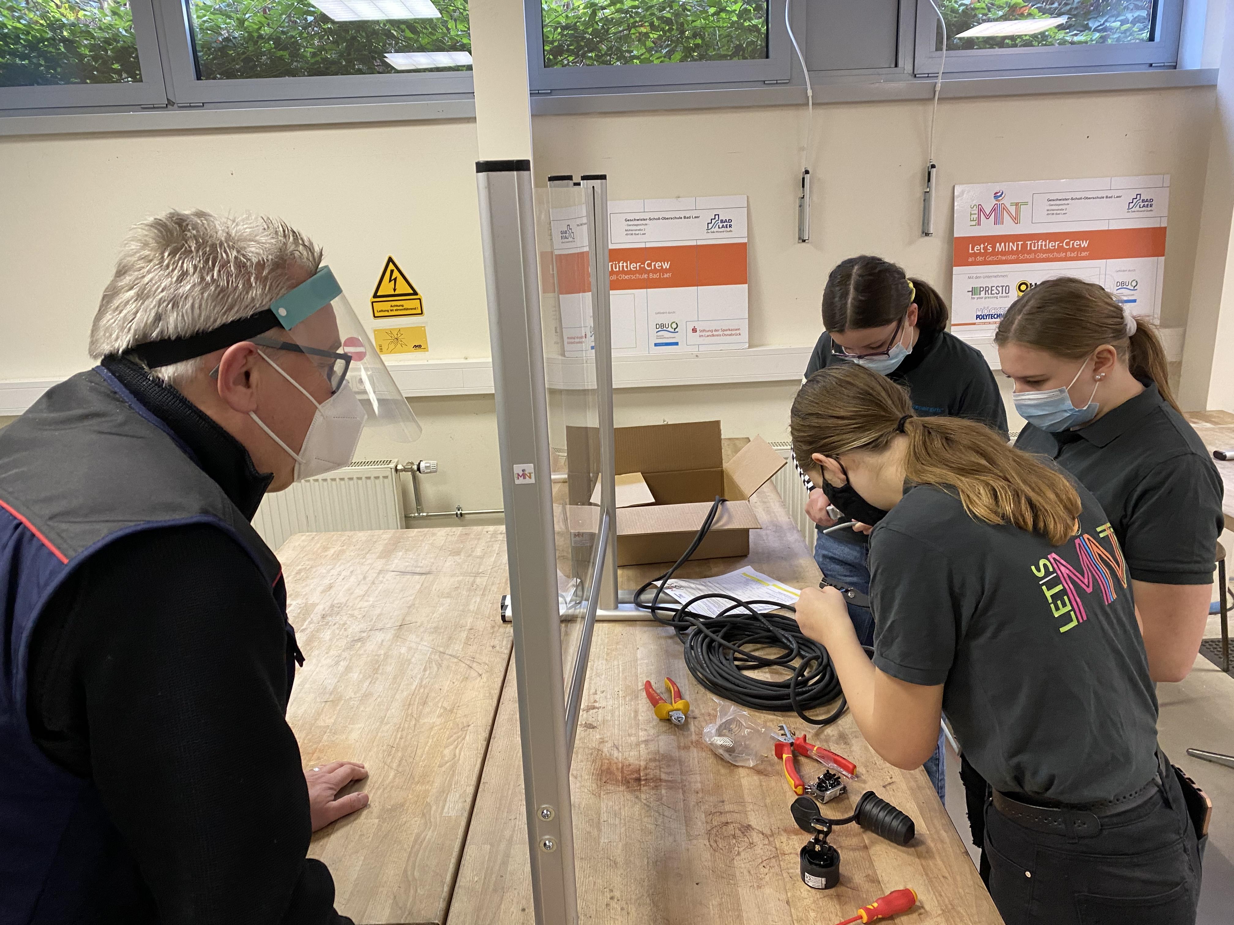 Gemeinsam mit Reparaturexperten bereiten Schüler in Wahlpflicht-AGs an Oberschulen, wie hier die Repair Girls von der Oberschule Bad Laer, defekte Elektrogeräte auf, prüfen sie fachmännisch und schenken den Geräten so ein zweites Leben.
