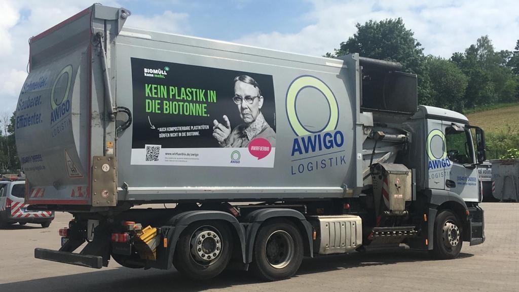 Die neu beklebten Bio-Seitenlader der AWIGO LOGISTIK machen landkreisweit Werbung für eine bessere Mülltrennung beim Bioabfall.