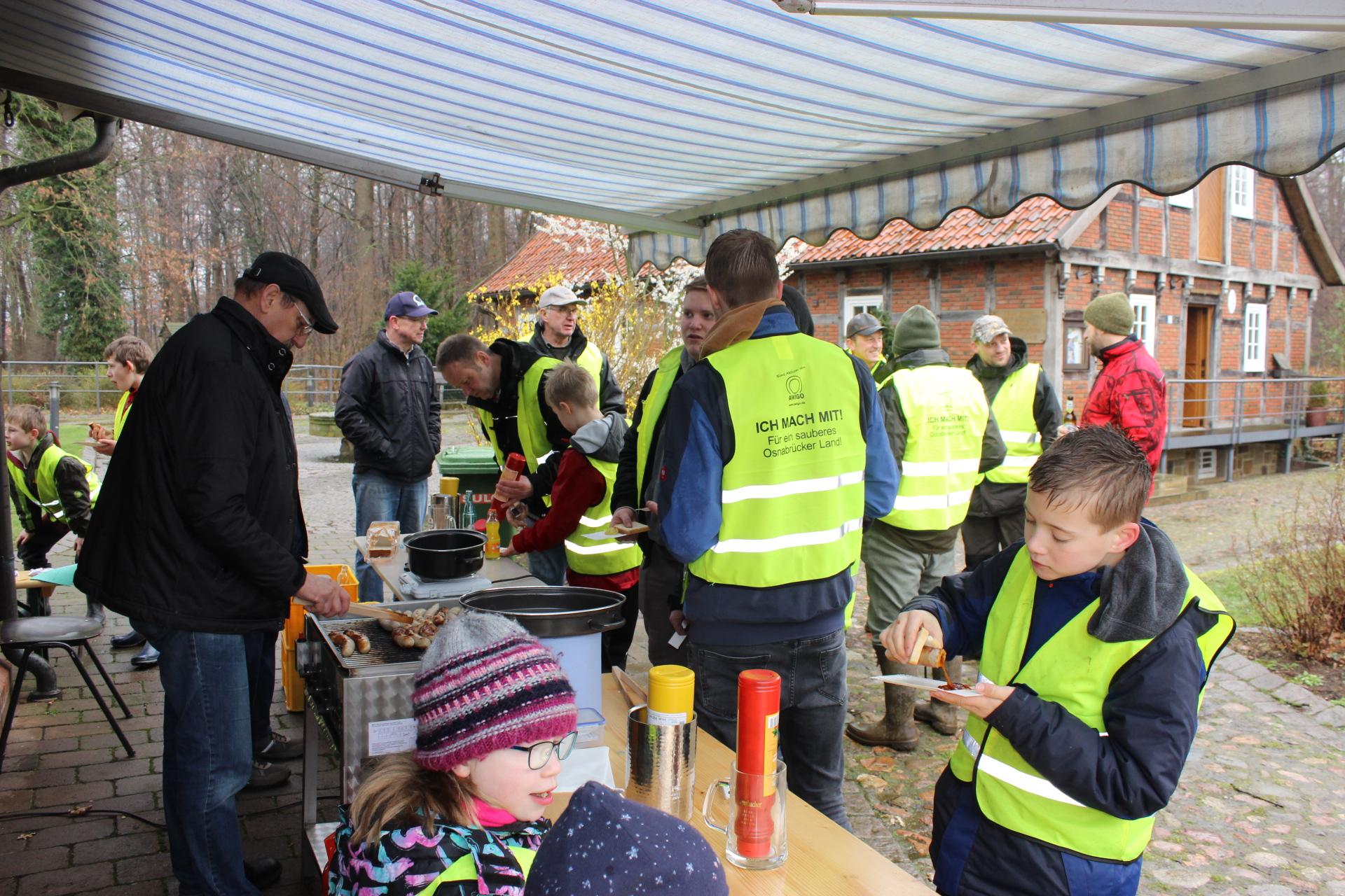 Belohnung des Heimatvereins Bersenbrück für das Müllsammeln, Foto: F. Buitmann